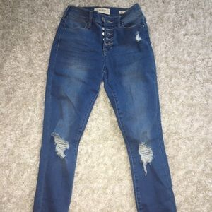 BNWOT highwaisted jeans with rips on knees